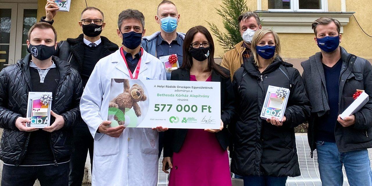 Rádiósok adták át a hallgatók adományait a gyerekkórházban